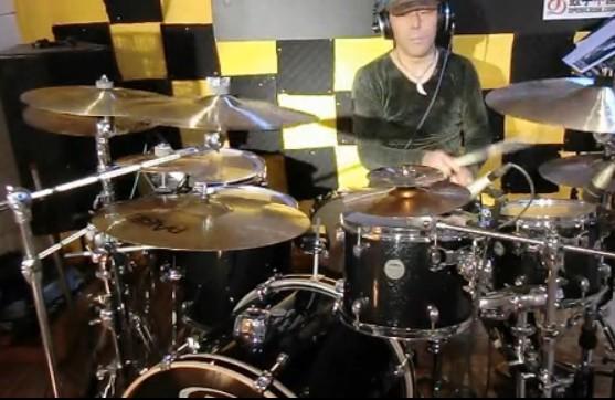 新长征路上的摇滚架子鼓演奏视频